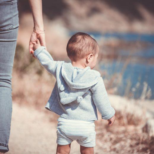 Mama mit Kleinkind an der Hand
