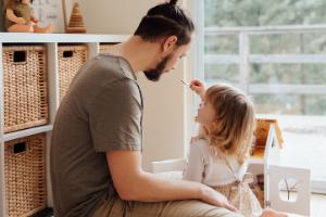 Papa Kind im Kinderzimmer