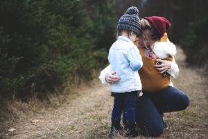 Mutter mit Baby und Kleinkind